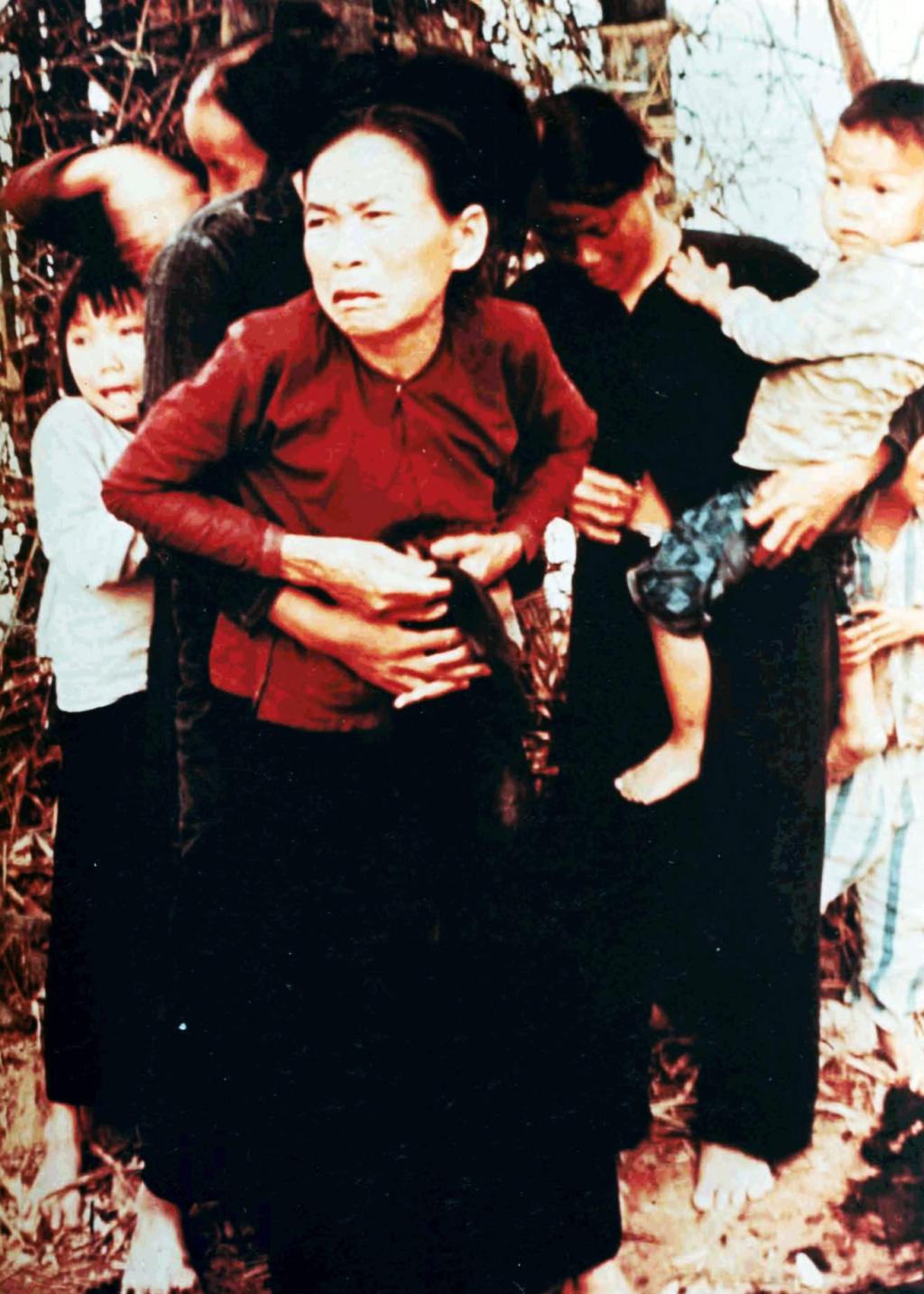 这张照片拍摄完之后,照片中的妇孺立刻死于枪口下。