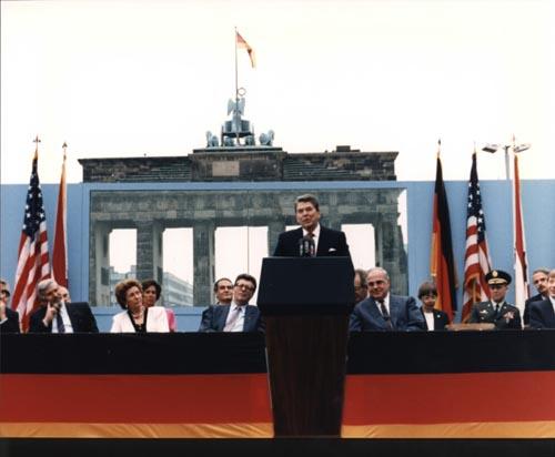 """美国总统里根发表""""推倒这堵墙""""演说"""