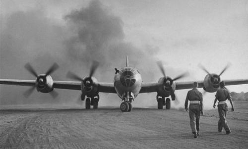 美国B-29机群从成都起飞轰炸日本