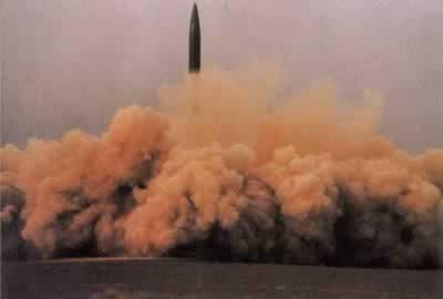 中国首次成功发射地对地中程导弹