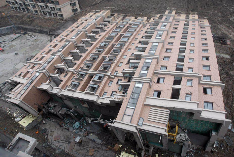 上海13层楼房整体倒塌