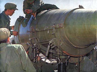 """""""东风二号""""导弹在酒泉发射场点火升空"""