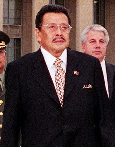 埃斯特拉达出任菲律宾总统 埃斯特拉达