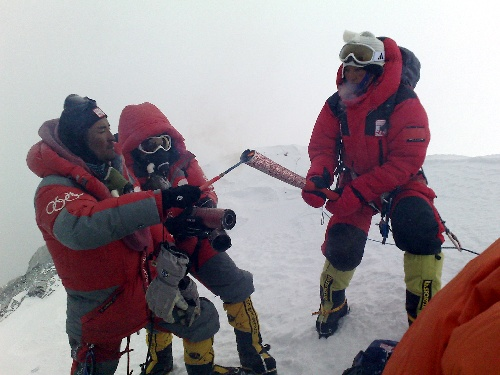 北京奥运圣火成功登顶珠峰